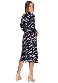 Style - Sukienka midi w groszki z kimonowymi rękawami granatowa. Kolor: niebieski. Wzór: grochy. Styl: klasyczny, elegancki. Długość: midi