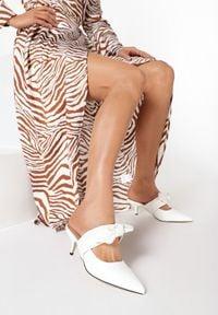Born2be - Białe Klapki Bellflower. Nosek buta: szpiczasty. Kolor: biały. Materiał: skóra ekologiczna. Wzór: jednolity. Obcas: na obcasie. Styl: klasyczny. Wysokość obcasa: niski