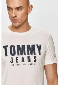 Tommy Jeans - T-shirt. Okazja: na co dzień. Kolor: biały. Materiał: bawełna. Wzór: nadruk. Styl: casual