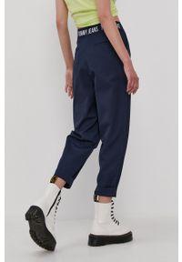 Tommy Jeans - Spodnie. Kolor: niebieski