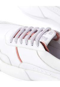 PREMIUM BASICS - Białe sneakersy z jasnoróżowymi wstawkami LIGHT PINK. Nosek buta: okrągły. Kolor: biały. Materiał: zamsz. Szerokość cholewki: normalna. Wzór: aplikacja