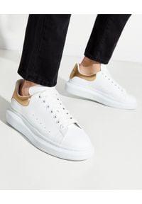 Alexander McQueen - ALEXANDER MCQUEEN - Sneakersy ze złotą piętą. Kolor: biały. Materiał: materiał