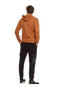 TOP SECRET - Bluza typu kangurka z lekkiej dzianiny. Kolor: brązowy. Materiał: dzianina. Długość rękawa: długi rękaw. Długość: długie. Wzór: aplikacja. Sezon: jesień