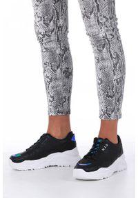 Casu - Czarne buty sportowe sneakersy sznurowane z holograficznymi wstawkami casu 8071. Kolor: czarny. Materiał: skóra ekologiczna, materiał. Szerokość cholewki: normalna
