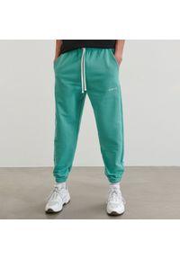 Reserved - Spodnie dresowe jogger - Zielony. Kolor: zielony. Materiał: dresówka