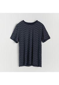 Reserved - T-shirt z mikroprintem - Granatowy. Kolor: niebieski