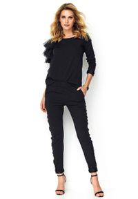 Makadamia - Czarny Kobiecy Komplet Bluzka z Falbankami + Spodnie z Lampasem. Kolor: czarny. Materiał: poliester, elastan, bawełna