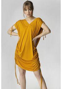 Madnezz - Sukienka Justyna - żółta. Kolor: żółty. Materiał: wiskoza. Typ sukienki: asymetryczne, oversize. Długość: mini