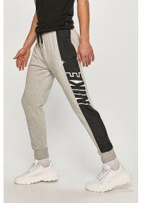 Nike Sportswear - Spodnie. Okazja: na co dzień. Kolor: szary. Styl: casual