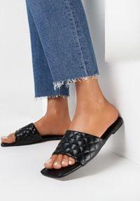 Born2be - Czarne Klapki Nesassea. Nosek buta: otwarty. Kolor: czarny. Materiał: skóra ekologiczna. Wzór: geometria, aplikacja. Obcas: na obcasie