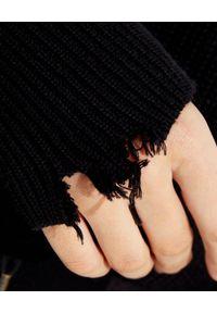 SER.O.YA - Czarny sweter Amelia. Kolor: czarny. Materiał: bawełna, prążkowany, zamsz. Długość rękawa: długi rękaw. Długość: długie. Wzór: aplikacja