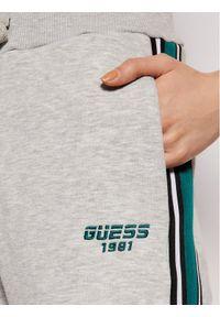 Guess Spodnie dresowe O1RA32 FL03Y Szary Regular Fit. Kolor: szary. Materiał: dresówka