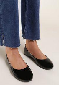 Renee - Czarne Balerinki Nysaxise. Nosek buta: okrągły. Kolor: czarny. Materiał: lakier. Wzór: jednolity. Obcas: na płaskiej podeszwie