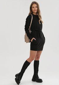 Born2be - Czarna Sukienka Dzianinowa Bryzeiros. Kolor: czarny. Materiał: dzianina. Długość rękawa: długi rękaw. Wzór: aplikacja. Typ sukienki: proste. Długość: mini