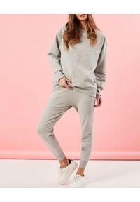 MARLU - Szare spodnie dresowe z haftowanym logo. Stan: podwyższony. Kolor: szary. Materiał: dresówka. Wzór: haft