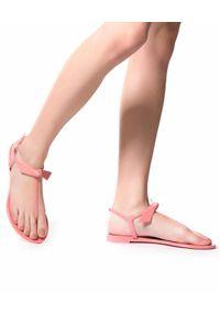 ALEXANDRE BIRMAN - Różowe sandały Clarita. Kolor: fioletowy, różowy, wielokolorowy. Materiał: guma. Obcas: na płaskiej podeszwie