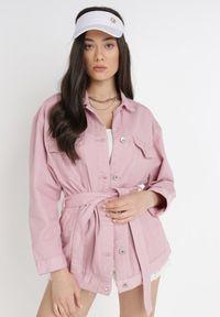 Born2be - Różowa Kurtka Jeansowa Z Paskiem Acalali. Kolor: różowy. Materiał: jeans. Długość rękawa: długi rękaw. Długość: długie