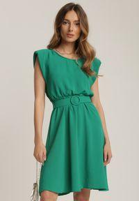 Renee - Zielona Sukienka Thananthei. Okazja: na wesele, na ślub cywilny. Kolor: zielony. Materiał: tkanina, guma. Długość rękawa: bez rękawów. Wzór: jednolity. Styl: klasyczny. Długość: mini