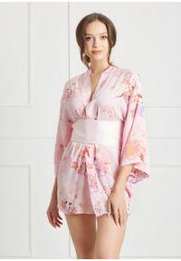 Saintmiss - Peniuar w stylu kimono // Malvina - Uniwersalny, Różowy. Typ kołnierza: kokarda. Kolor: różowy. Materiał: satyna, materiał. Długość: krótkie. Wzór: jednolity, kwiaty, nadruk