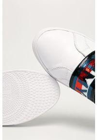 Białe sneakersy TOMMY HILFIGER na średnim obcasie, z okrągłym noskiem, na obcasie, z cholewką
