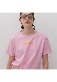 Reserved - T-shirt z nadrukiem - Różowy. Kolor: różowy. Wzór: nadruk
