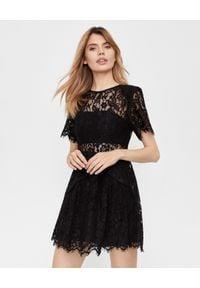 SELF PORTRAIT - Koronkowa sukienka mini. Kolor: czarny. Materiał: koronka. Wzór: ażurowy, koronka. Typ sukienki: dopasowane, rozkloszowane. Styl: wizytowy, retro. Długość: mini