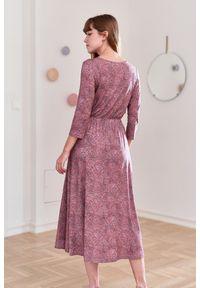 Różowa sukienka Marie Zélie z krótkim rękawem, prosta, z kopertowym dekoltem
