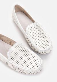 Born2be - Srebrno-Białe Mokasyny Acosia. Okazja: do pracy, na co dzień, na spotkanie biznesowe. Wysokość cholewki: za kolano. Nosek buta: okrągły. Kolor: srebrny. Materiał: jeans, skóra. Szerokość cholewki: normalna. Wzór: ażurowy, geometria. Styl: biznesowy, casual