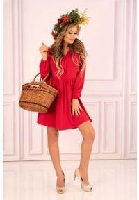 Merribel - Czerwona Rozkloszowana Krótka Sukienka z Górą Typu Polo. Typ kołnierza: polo. Kolor: czerwony. Materiał: poliester. Długość: mini