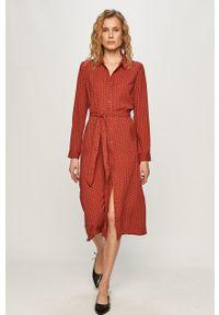 Jacqueline de Yong - Sukienka. Kolor: czerwony. Materiał: tkanina. Długość rękawa: długi rękaw. Typ sukienki: rozkloszowane