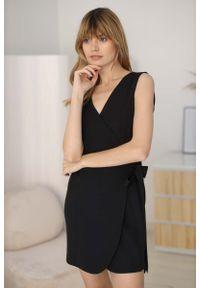 Nommo - Krótka Kopertowa Sukienka bez Rękawów - Czarna. Kolor: czarny. Materiał: wiskoza, poliester. Długość rękawa: bez rękawów. Typ sukienki: kopertowe. Długość: mini