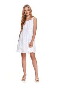 TOP SECRET - Ażurowa sukienka na ramiączkach o luźnym kroju. Kolor: biały. Materiał: tkanina, bawełna. Długość rękawa: na ramiączkach. Wzór: ażurowy. Sezon: lato. Styl: wakacyjny