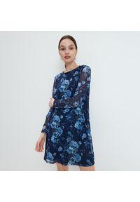 Mohito - Dzianinowa sukienka w kwiaty - Niebieski. Kolor: niebieski. Materiał: dzianina. Wzór: kwiaty