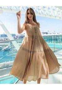 SCARLETT POPPIES - Beżowa sukienka midi Ticket To Paradise. Kolor: beżowy. Materiał: bawełna. Długość rękawa: na ramiączkach. Wzór: aplikacja. Długość: midi