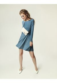 Niebieska sukienka klasyczna, dopasowana, na zimę