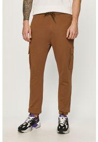 CATerpillar - Caterpillar - Spodnie. Kolor: brązowy