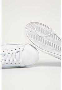 Białe buty sportowe Nike Sportswear na obcasie, na średnim obcasie, z cholewką