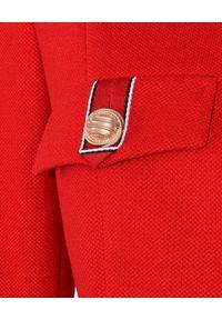 CATERINA - Czerwony żakiet z dekoracyjnymi guzikami. Okazja: do pracy. Kolor: czerwony. Materiał: tkanina, materiał. Styl: elegancki #4