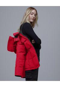 CANADA GOOSE - Czerwona kurtka Chelsea. Kolor: czerwony. Materiał: futro, poliester, puch, materiał, bawełna. Wzór: aplikacja. Styl: klasyczny