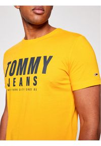 Tommy Jeans T-Shirt Center Chest Tommy Graphic DM0DM10243 Żółty Regular Fit. Kolor: żółty