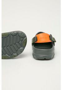 Crocs - Klapki. Kolor: szary. Materiał: materiał, guma. Wzór: gładki