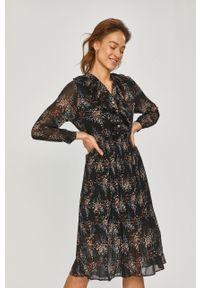 Czarna sukienka Answear Lab midi, plisowana, na co dzień, wakacyjna