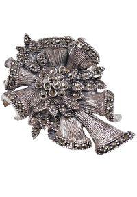 Braccatta - JANE Srebrna broszka z markazytami kokarda kotylion. Materiał: srebrne. Kolor: srebrny. Wzór: kwiaty, aplikacja. Kamień szlachetny: markazyt