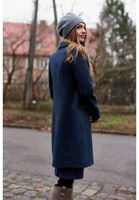 Marie Zélie - Płaszcz Debora granatowa pepita – wełna Harris Tweed®. Kolor: niebieski. Materiał: wełna. Wzór: ze splotem. Styl: klasyczny