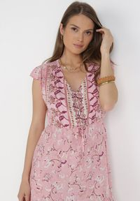 Born2be - Jasnoróżowa Sukienka Vulco. Kolor: różowy