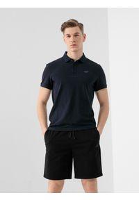 4f - Koszulka polo męska. Okazja: na co dzień. Typ kołnierza: polo. Kolor: niebieski. Materiał: dzianina, materiał. Styl: casual