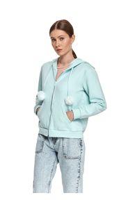TOP SECRET - Rozpinana bluza z kapturem i futrzanymi pomponami. Typ kołnierza: kaptur. Kolor: niebieski. Materiał: futro. Długość rękawa: długi rękaw. Długość: długie. Sezon: wiosna. Styl: sportowy