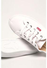 Białe tenisówki Levi's® na spotkanie biznesowe, biznesowe, na średnim obcasie, na sznurówki