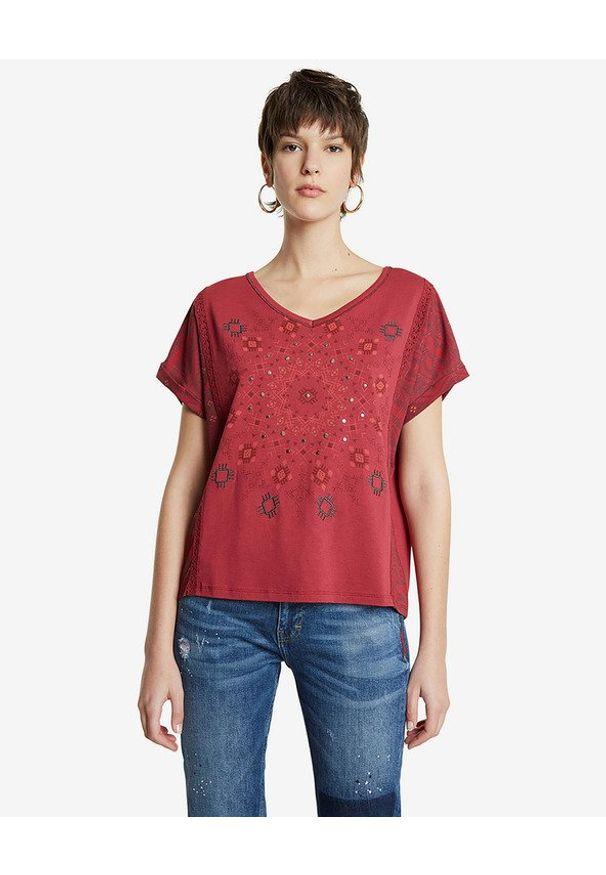 Czerwony t-shirt Desigual z dekoltem w serek, z nadrukiem