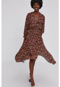 Answear Lab - Sukienka. Kolor: brązowy. Materiał: tkanina. Długość rękawa: długi rękaw. Typ sukienki: rozkloszowane. Styl: wakacyjny